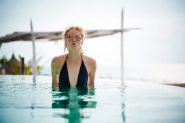 Bikinischönheit im Pool