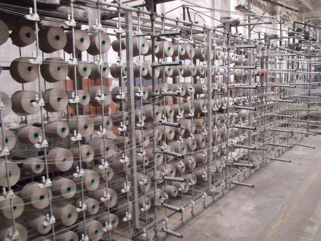 In der Weberei wird aus der Rohware Baumwolle ein reißfester und strapazierfähiger Garn.