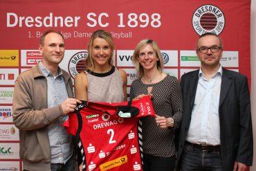 Mareen Apitz und Beatrice Dömeland bei der Präsentation des DSC-Trikots mit dem Logo von Sunny-Dessous