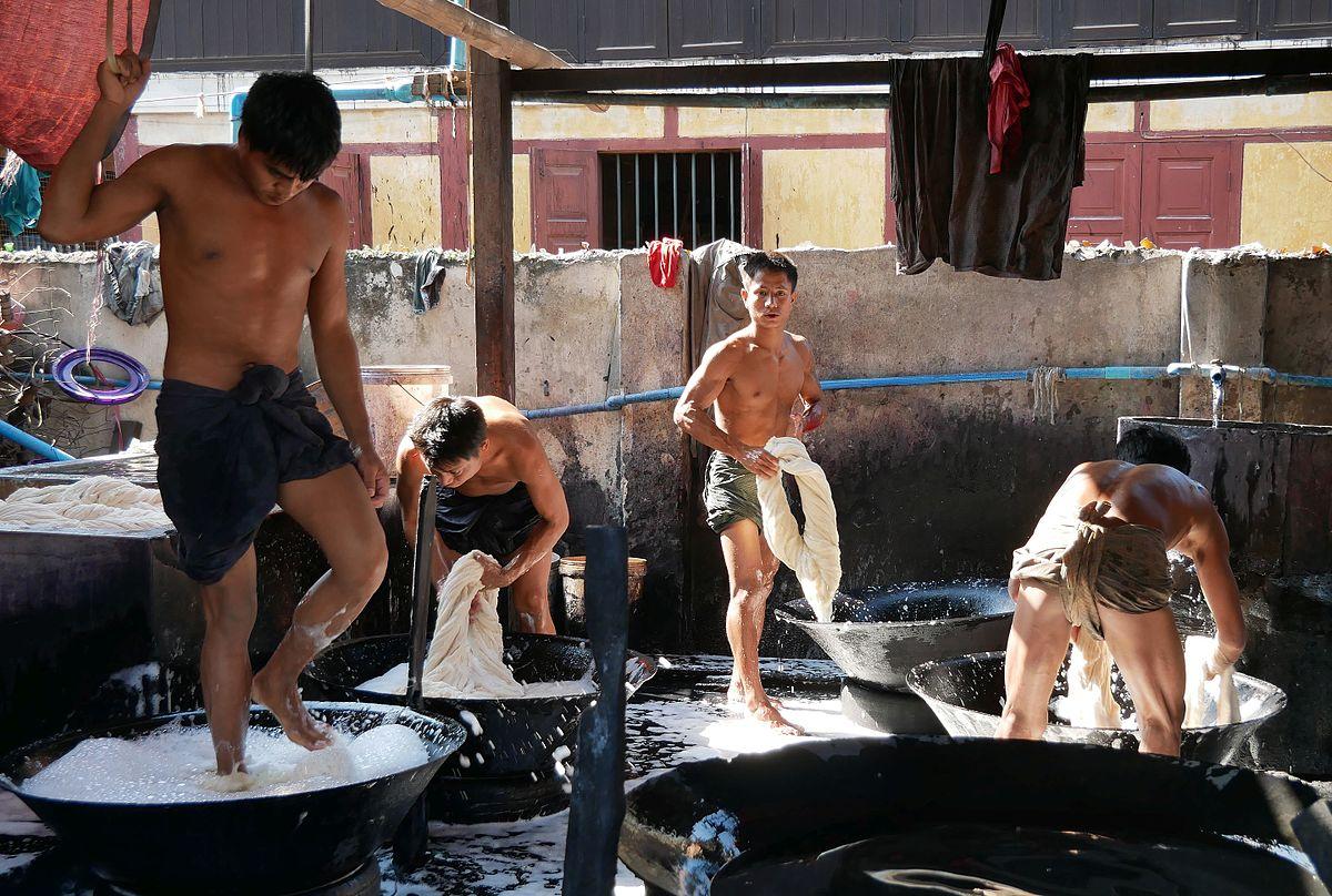 Reinigung von Baumwolle vor dem Färben in einer Manufaktur in Amarapura, Region Mandalay, Myanmar (Feb. 2017)