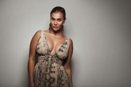 Kurvenreich weibliche Modells posiert in einem schönen Kleid