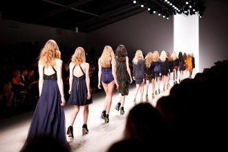 Models auf dem Laufsteg einer Modenschau