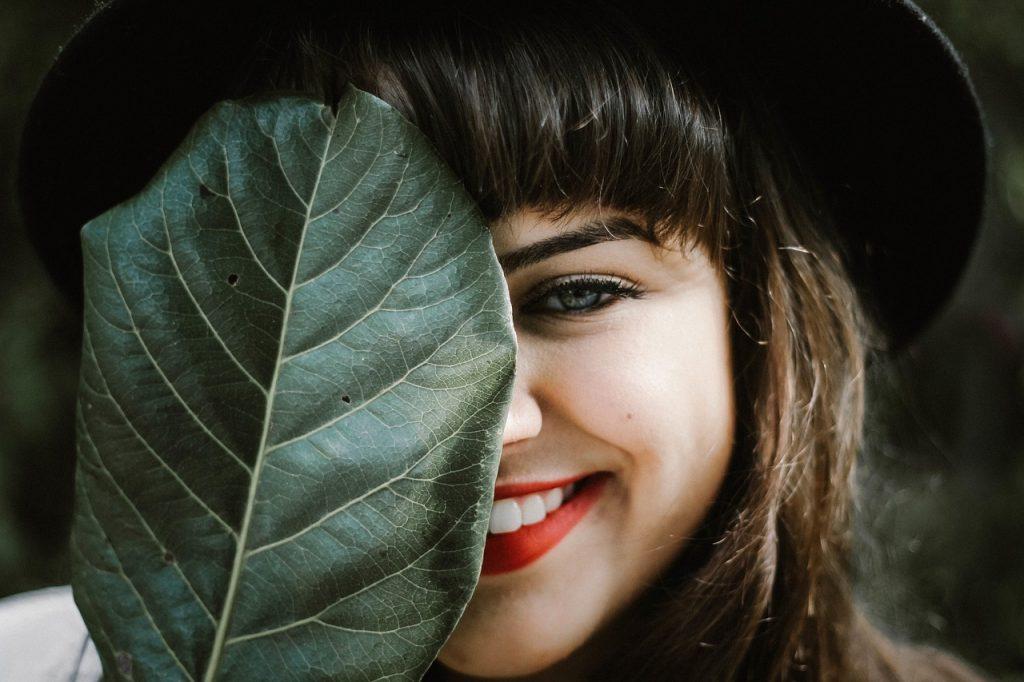 frau-lippenstift-lächeln-rot