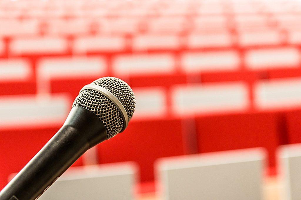 mikrofon-vortrag-reden-sprechen-angst-scham