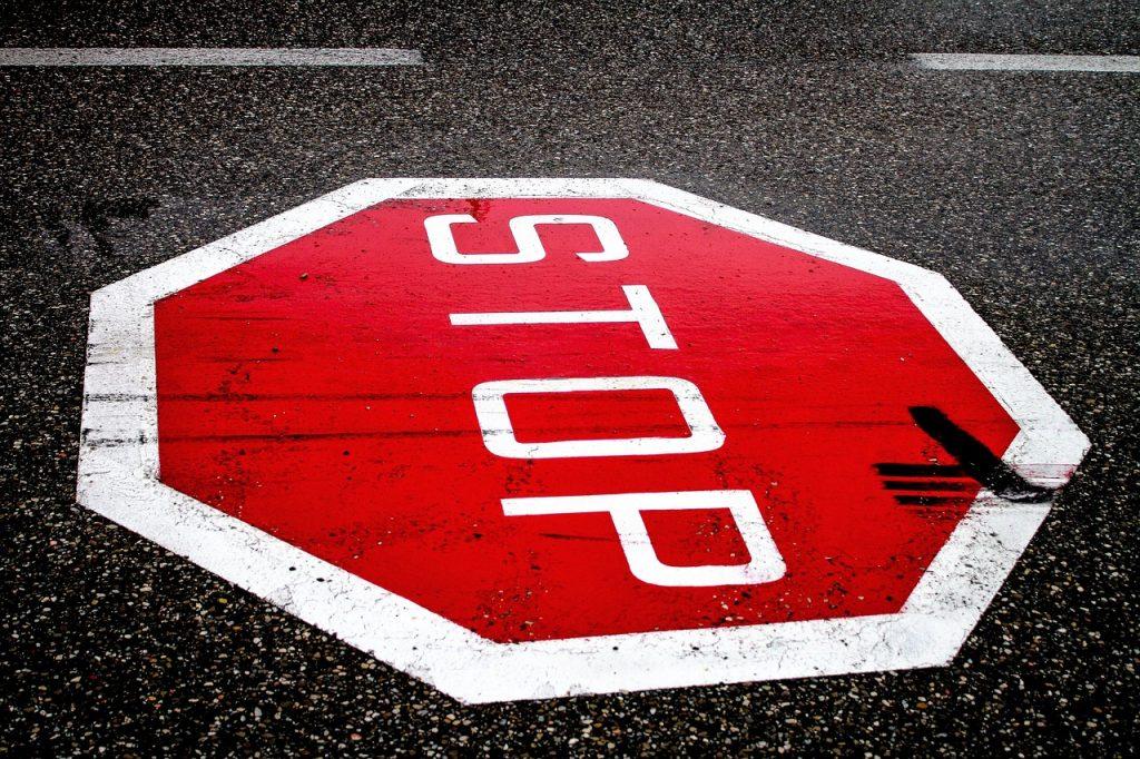 stopschild-stop-rot-straße