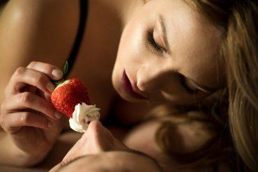 erdbeere-versuchung-liebe-sex-erotik-lust