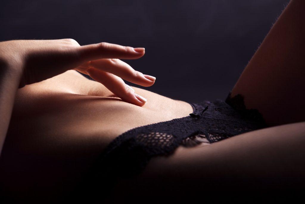 versuchung-erotik-liebe-sex-verführung-frau-dessous-schwarz