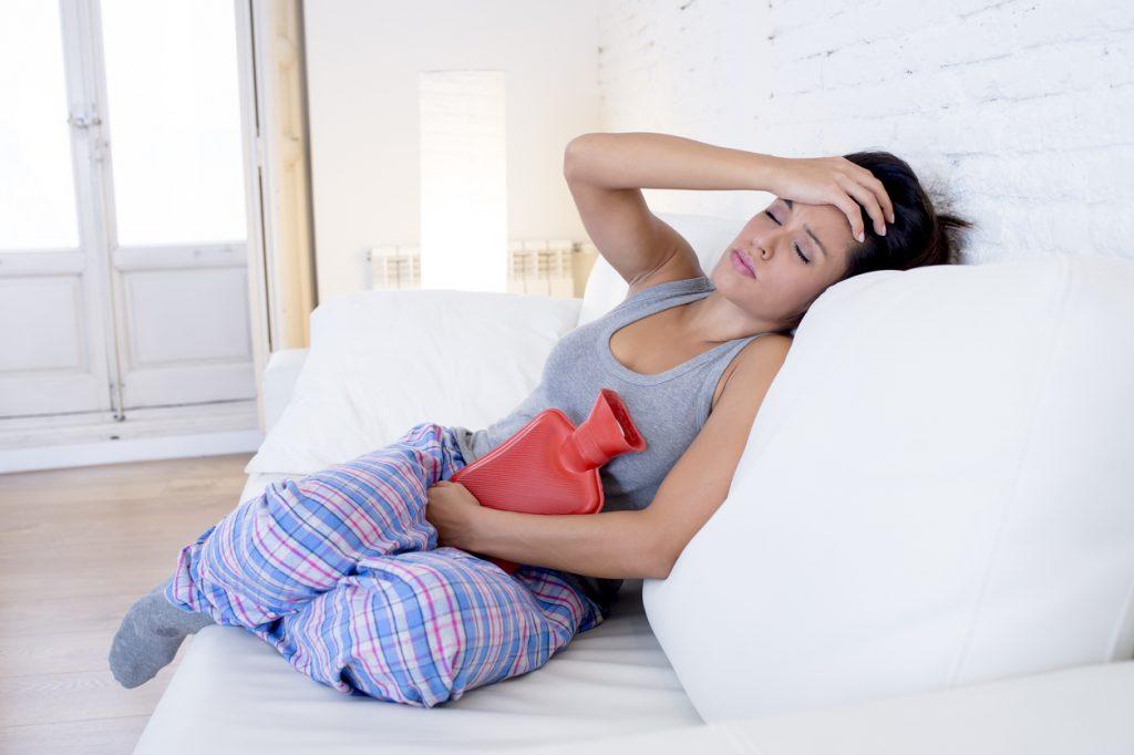 frau mit bauchschmerzen- die Hormone spielen verückt