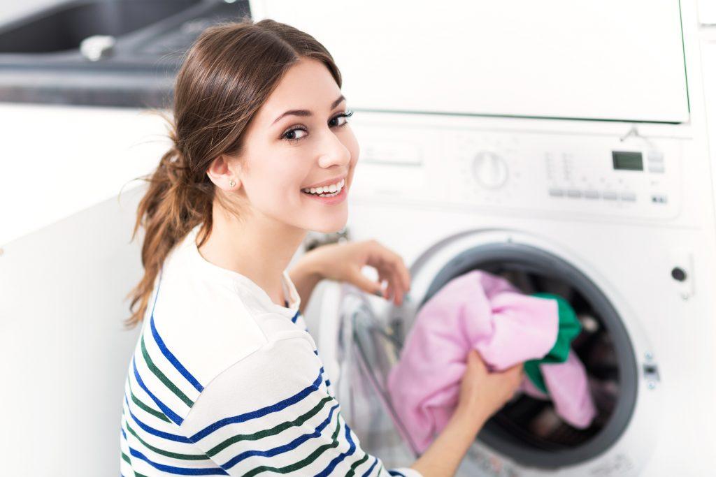 Textilien mit einem hohen Viskose-Anteil sollten nie über 40°C, am Besten mit einem Feinwaschmittel und in einer zu einem Drittel gefüllt Trommel im Schonwaschgang gewaschen werden!
