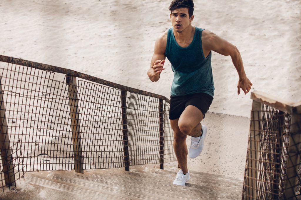 Fitness -Mann hält sich mit Treppensprint fit