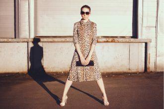 stylishe frau im leopardenkleid - animal print