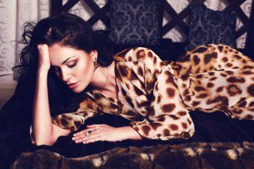 wunderschöne frau im leoparden look - animalprint trend
