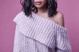 Sunny Magazin Frau in modernem Wollpullover