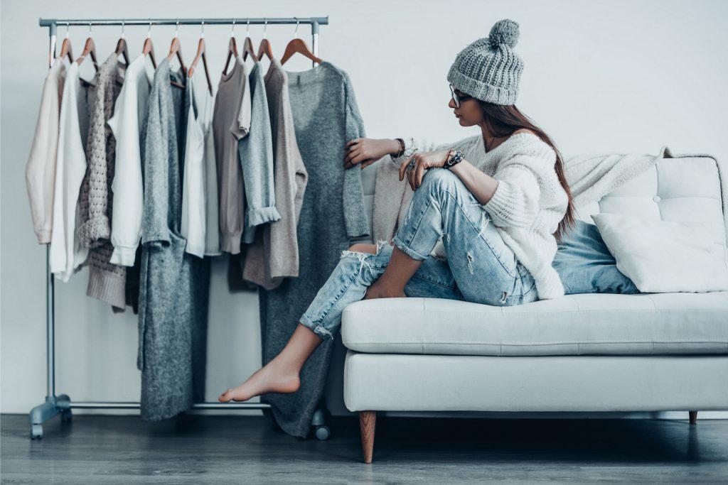 Frau betrachtet ihren kleiderständer