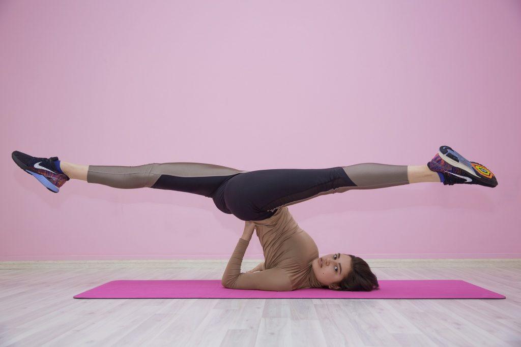 balance-frau bei der gymnastik in Sportbekleiung aus Elastan_pixabay