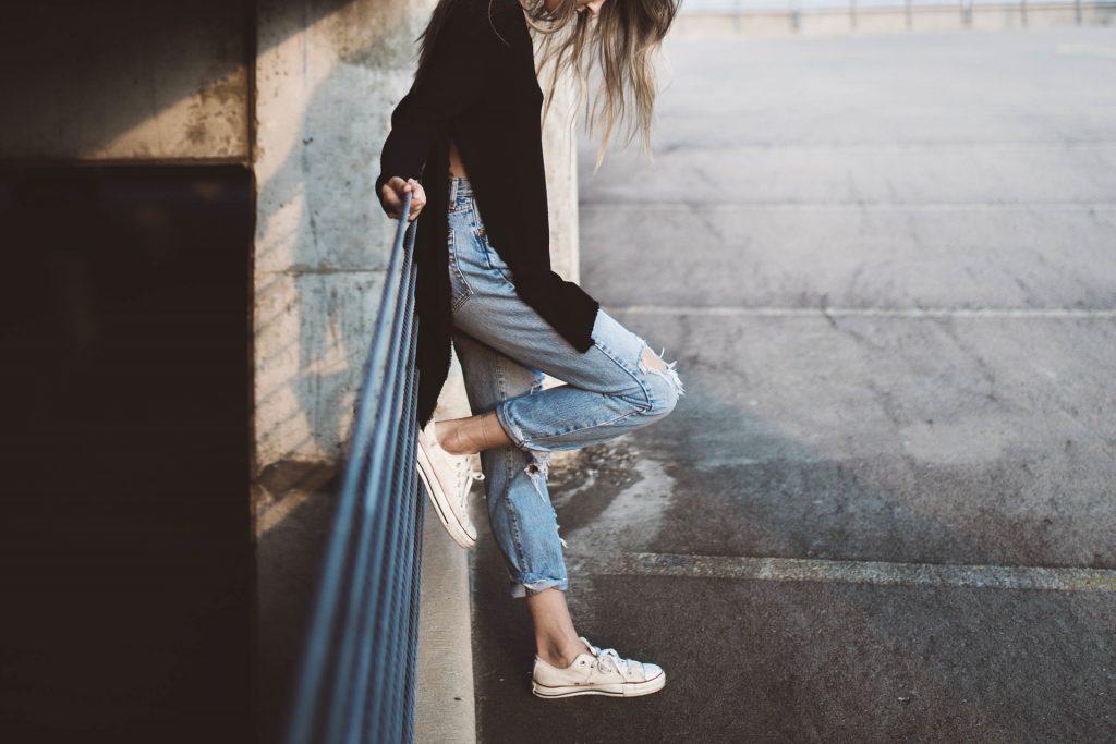 mädchen in jeans, auch hier ist Elastan enthalten - pixabay