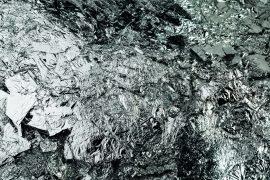 silber-texture-huntergrund-istock
