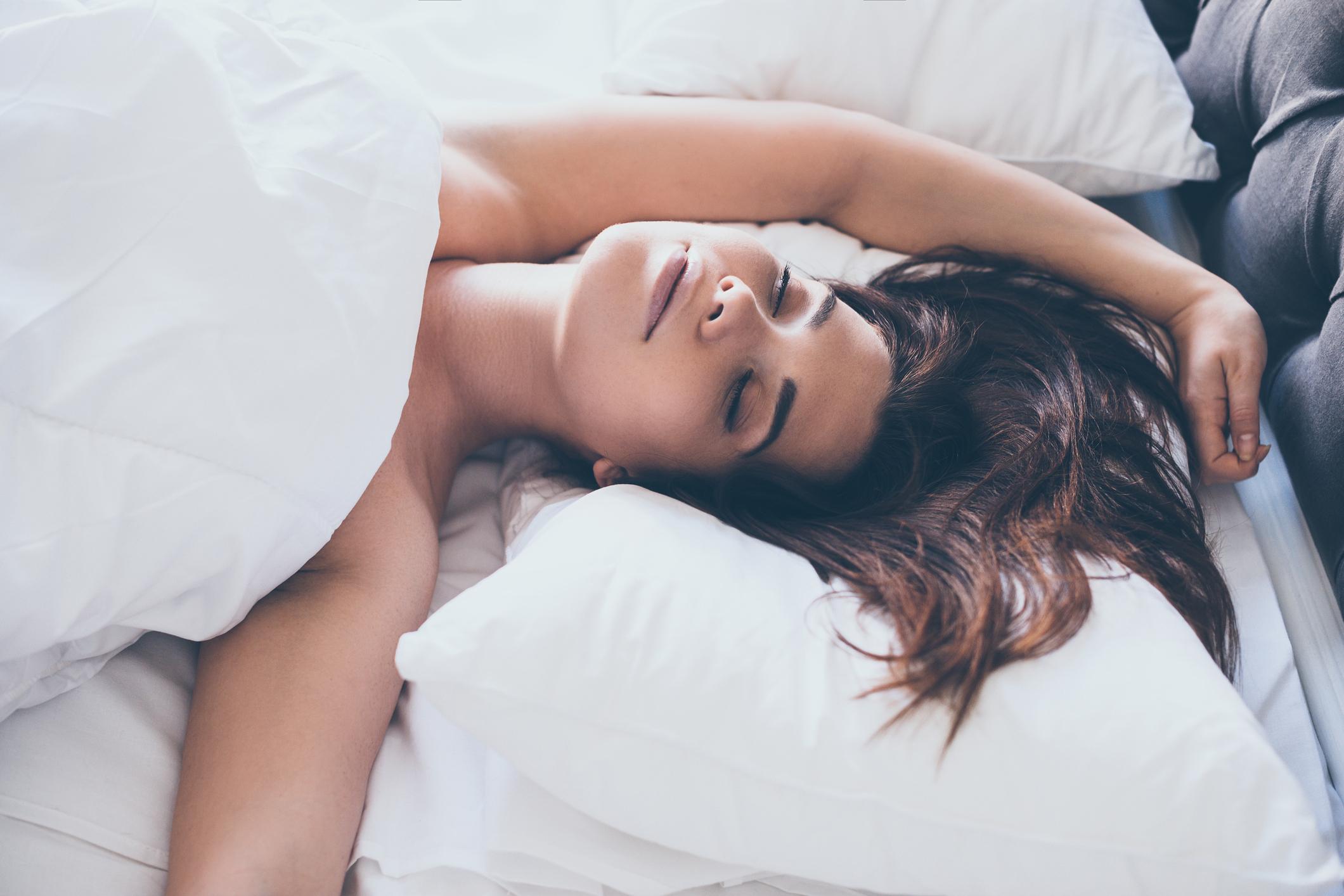 iStock-schlaft nackt -erholsam schlafen bei niedrigen Temperaturen