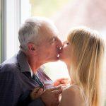 Küssendes Paar mit Altersunterschied
