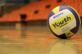 Volleyball auf dem Hallenboden