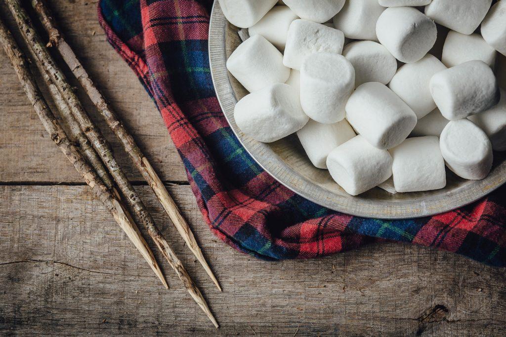 Outdoor-Leben: Flanellhemd und Marshmallows