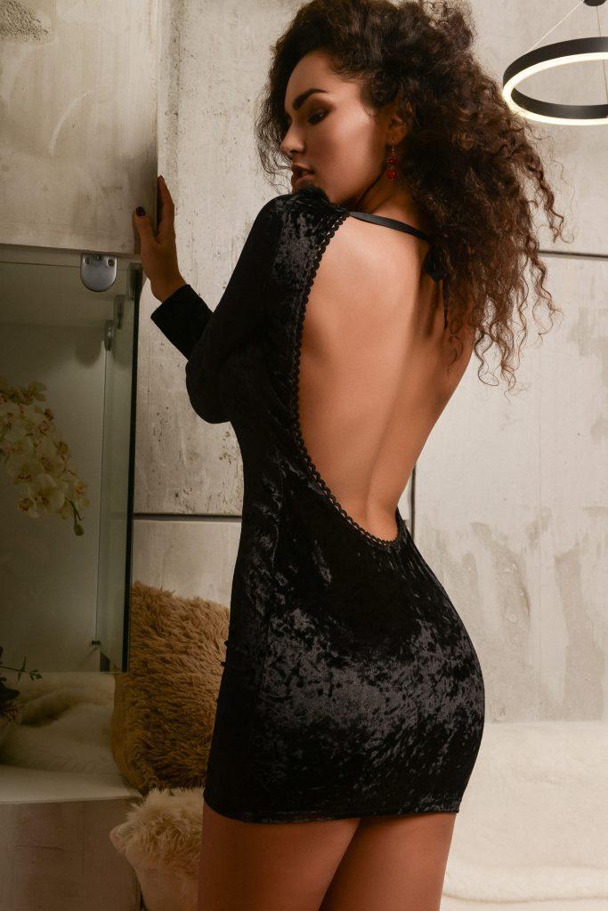 Frau in schwarzem Samtkleid, Rückansicht
