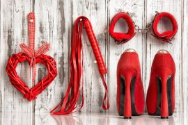 High Heels, Handschellen und Peitsche