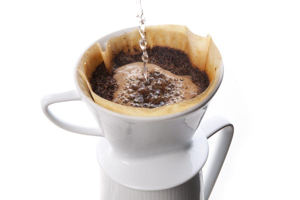 Kaffee kochen und mit ungebleichtem Filterpapier filtern.