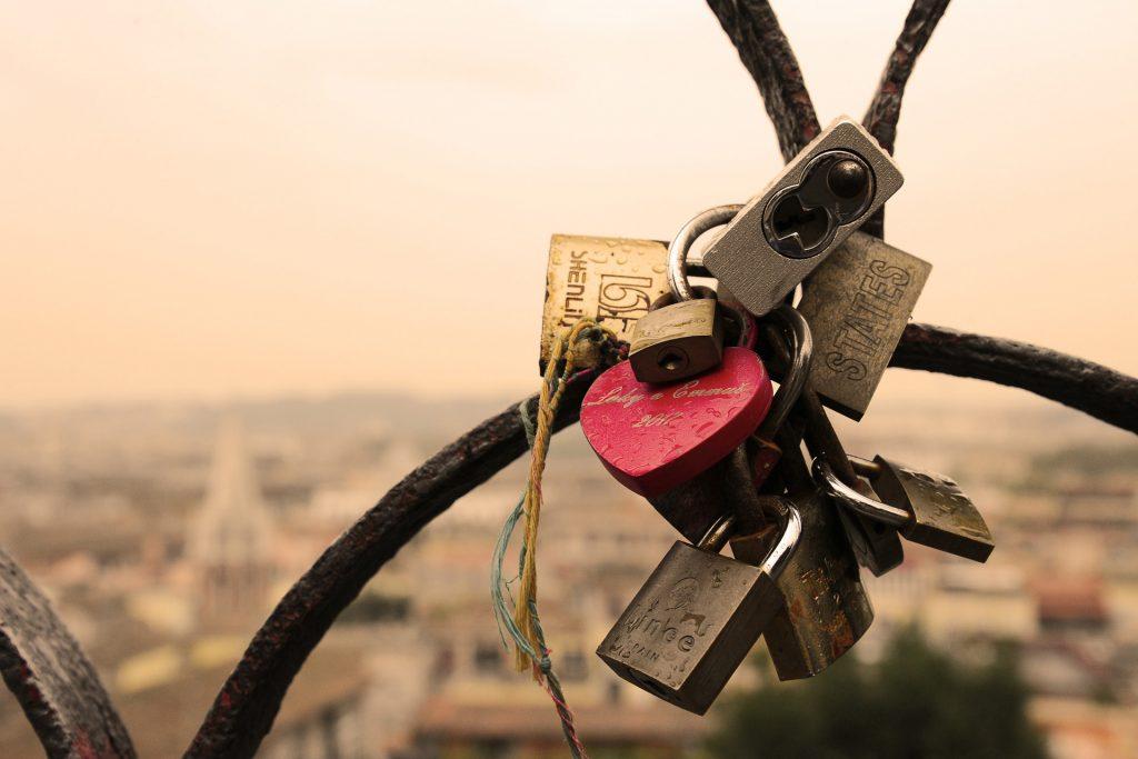 Vorhängeschlösser an einer Brücke als Zeichen der Liebe