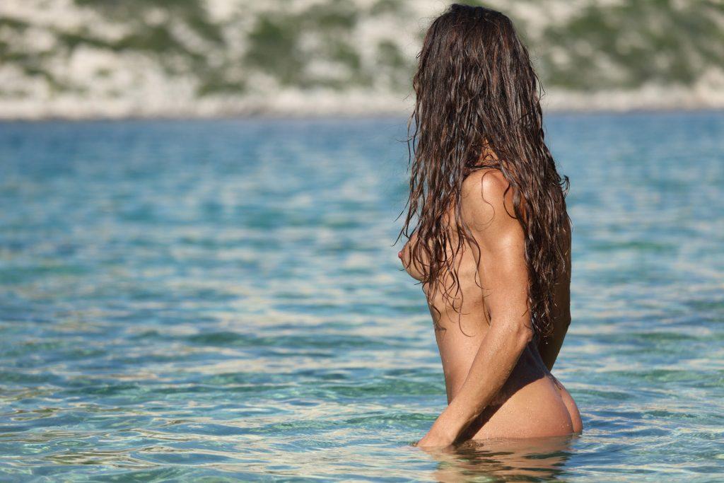 Nackte Frau im Badesee