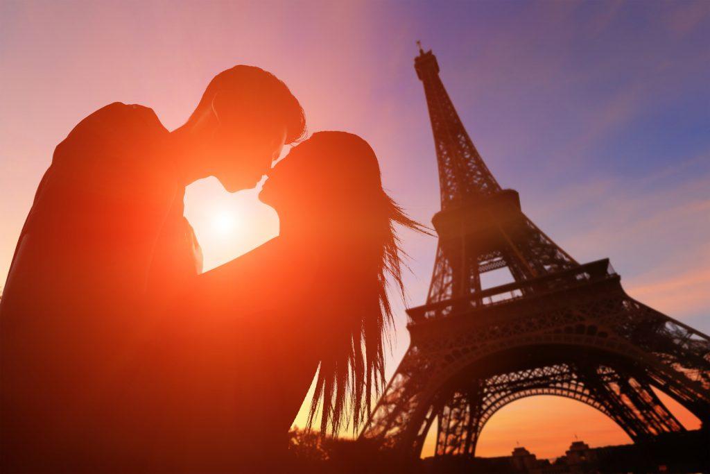 Küssendes Paar vor dem Eiffelturm in Paris