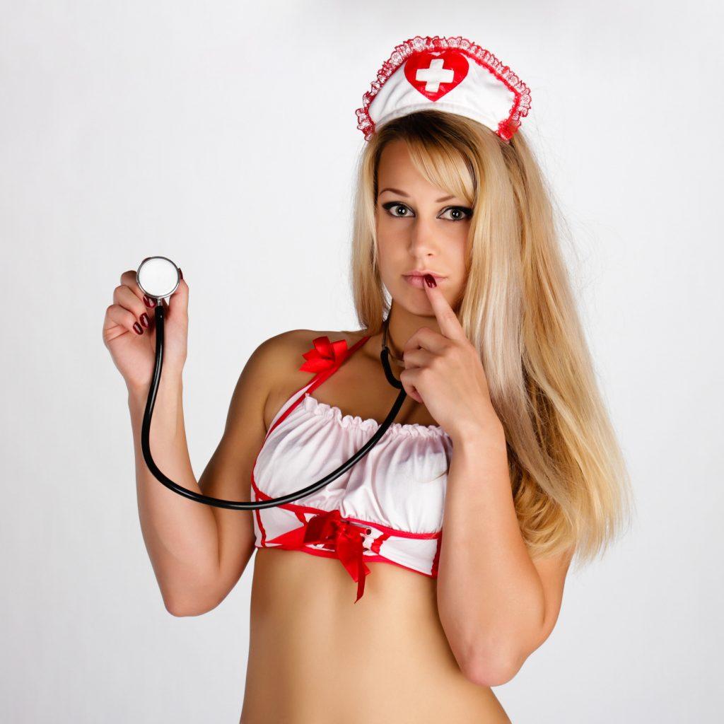 Junge blonde Frau als sexy Krankenschwester verkleidet