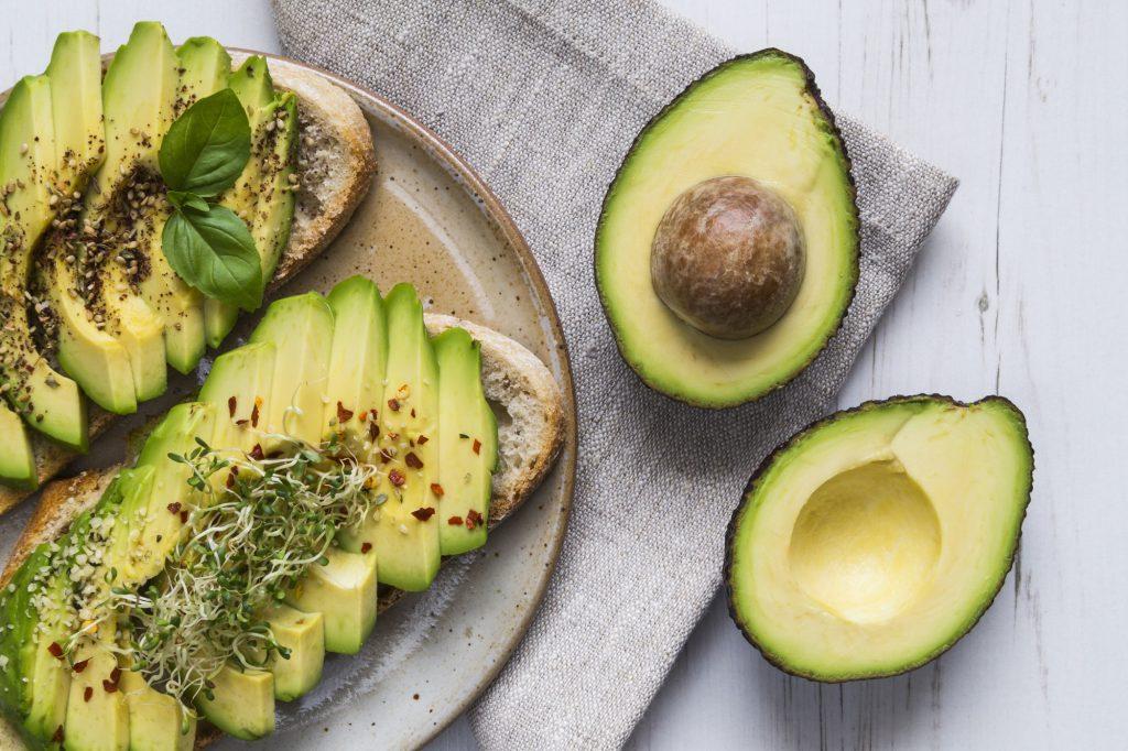 Toast mit Avocado und Kresse