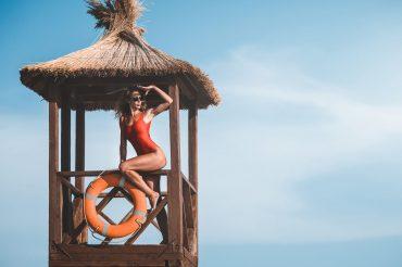Lifeguard im roten Badeanzug