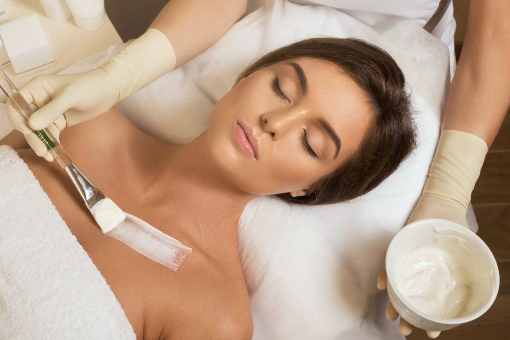 Dekolletépflege mit Feuchtigkeitscreme im Beauty-Salon