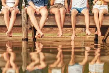 Beine am See auf Brücke