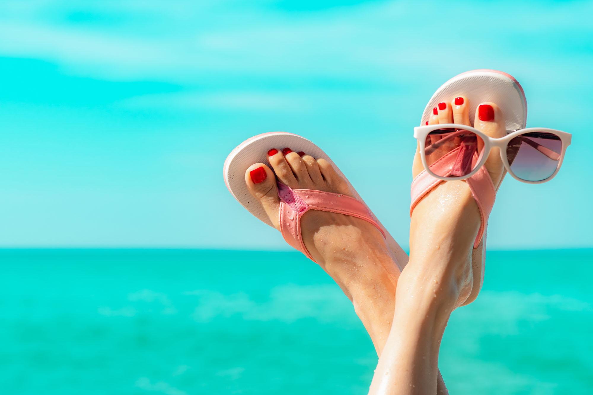 Füße vor blauem Himmel