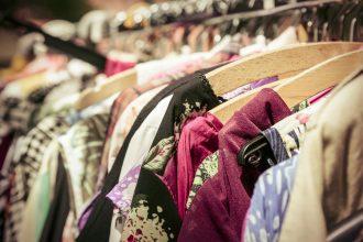 Kleiderstange mit Second-Hand Kleidung