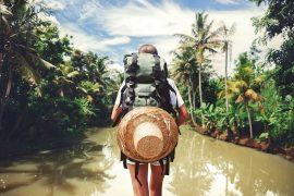Frau mit Rucksack auf Fluss