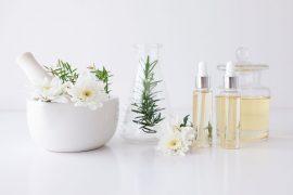 Natürliche Kosmetik vor weißem Hintergrund