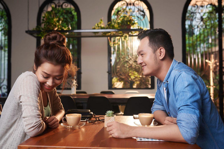 Asiatisches Paar beim Kaffee Date