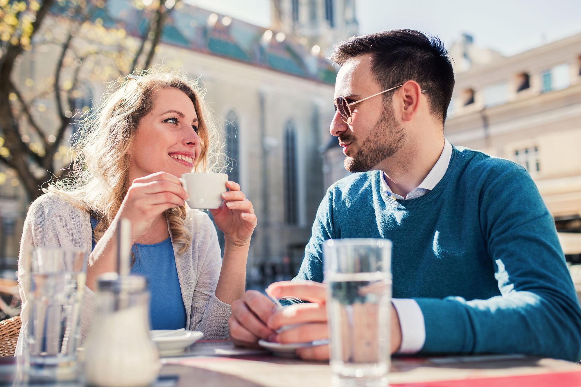Frau und Mann unterhalten sich bei einem Kaffee