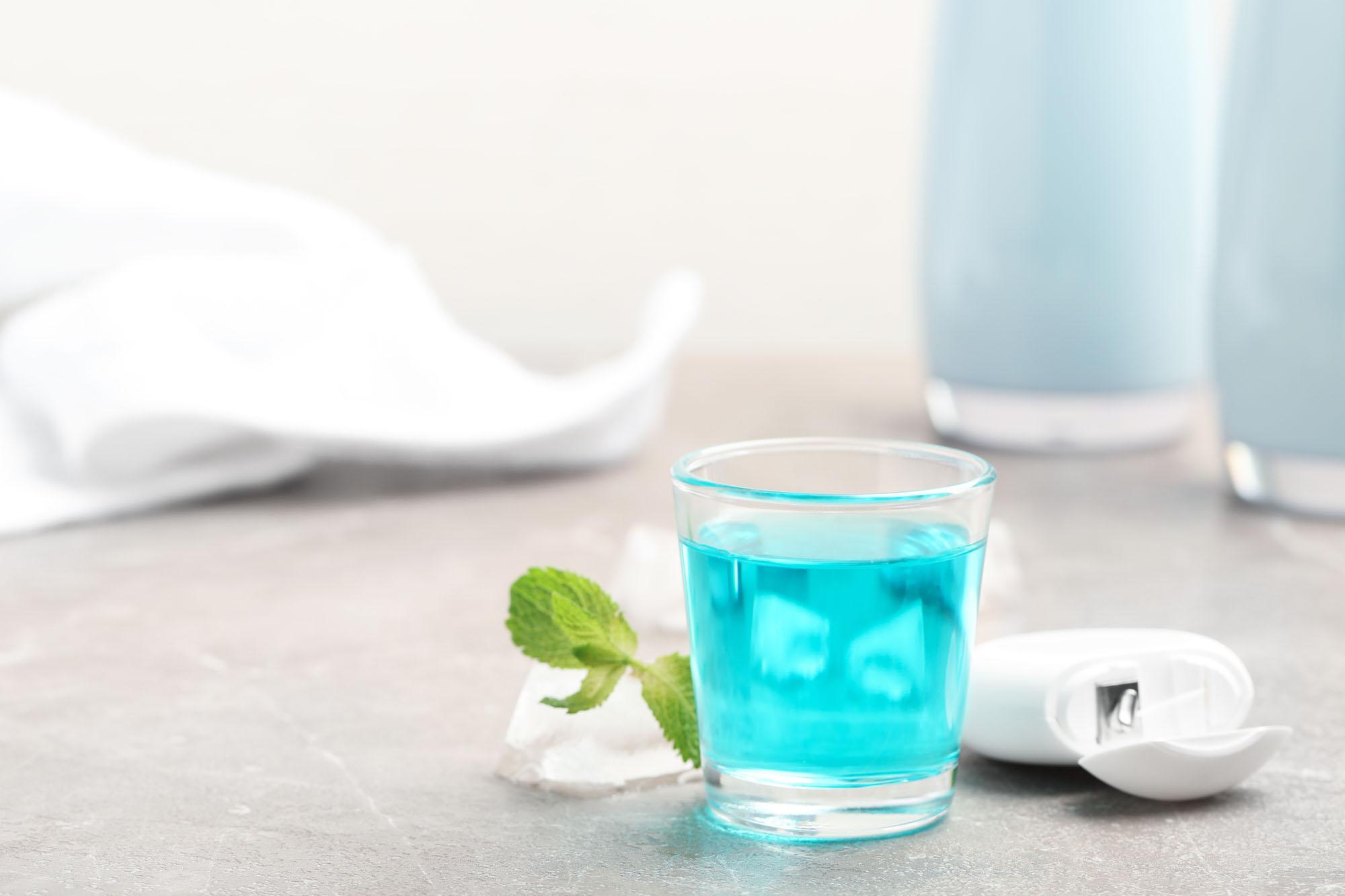 Glas mit Mundwasser