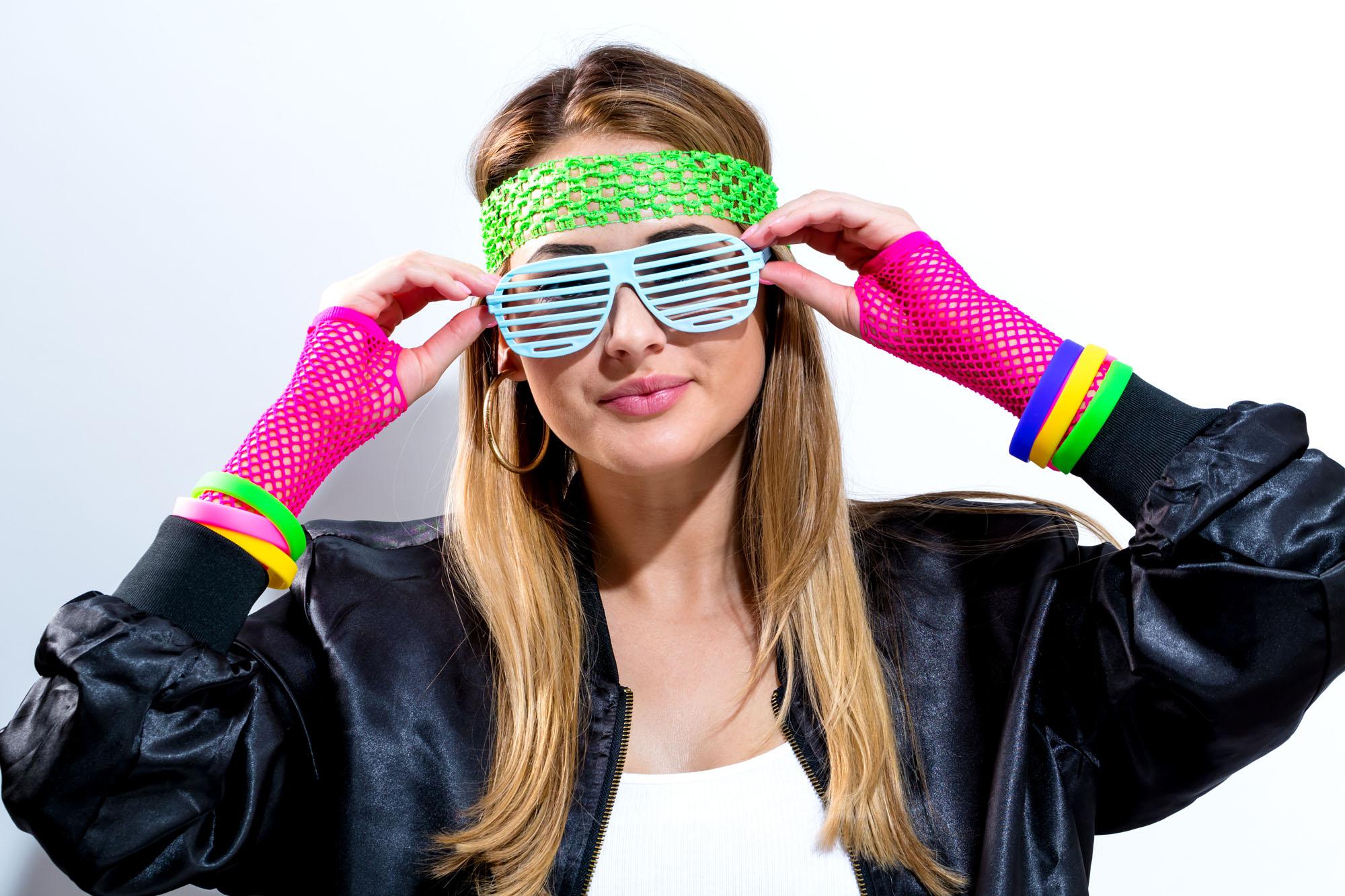Frau mit neon Accessoires