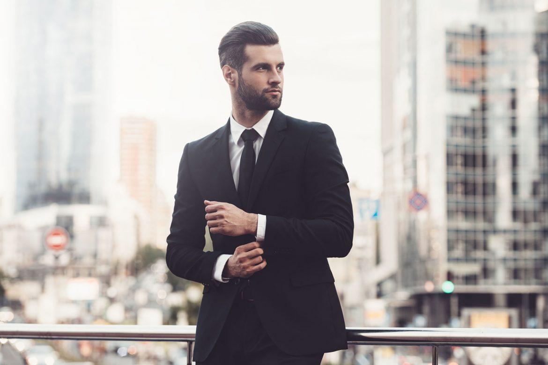 Mann im eleganten Anzug