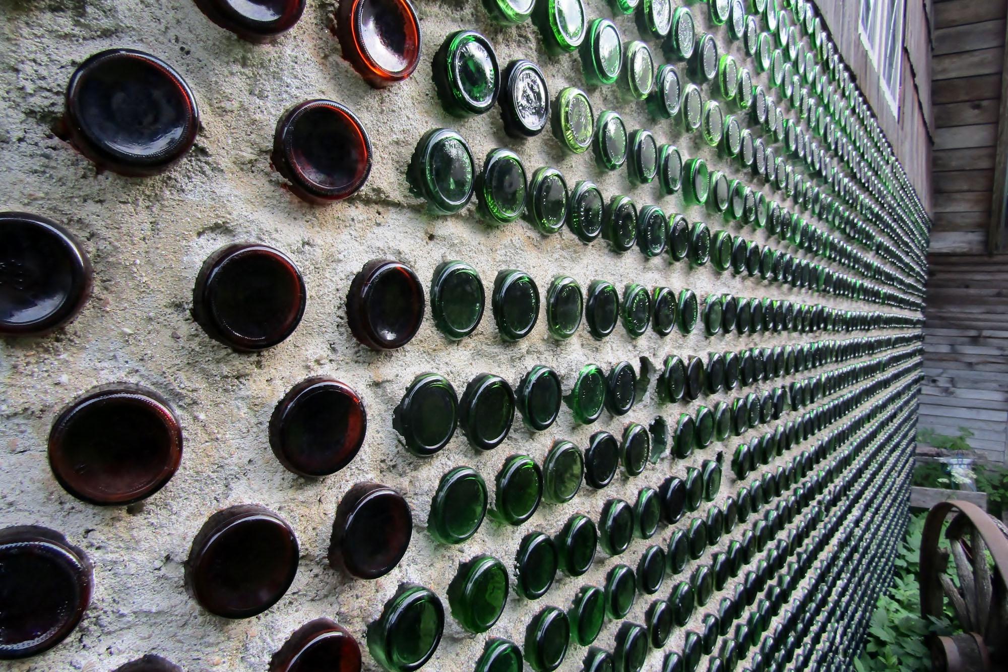 Wand aus Glasflaschen