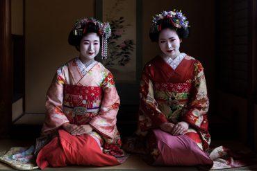 Zwei sitzende Maikos