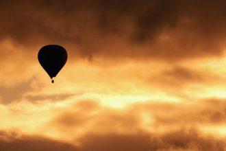Silhouette eines Heißluftballongs im Sonnenuntergang