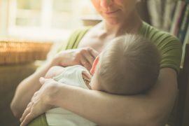 Mutter und Kind bei Stillen