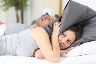 Frau kann nicht schlafen, weil der Mann laut schnarcht